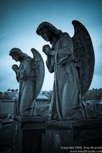 angel-statues-pray